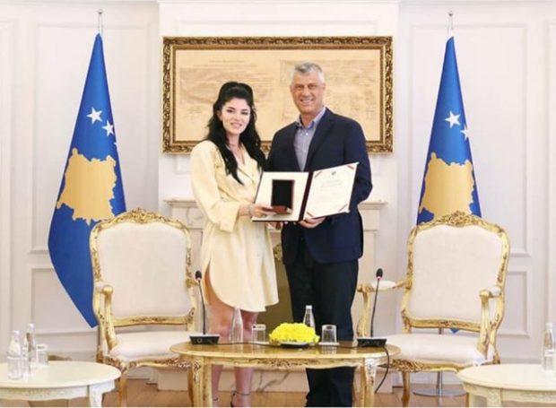 Sociologu masakron Era Istrefin pas dekorimit nga Thaçi: Ti japësh medaljen… (FOTO)