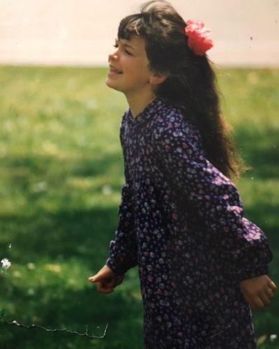 E njihni vajzën në foto? Sot është një ndër këngëtaret më të dashura shqiptare (FOTO)