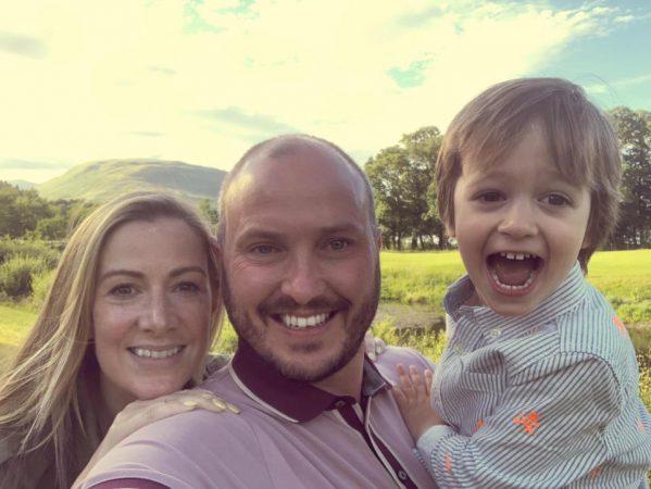 GAZETARJA E NJOHUR E DIAGNOSTIKUAR ME KANCER/ Vendos të shkruaj libër për djalin e saj:Të qeshësh i bën mirë shpirtit dhe…(FOTO)