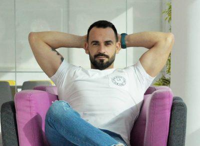 Reagimi i moderatorit shqiptar gjatë tërmetit bëhet hit në mediat italiane (FOTO)