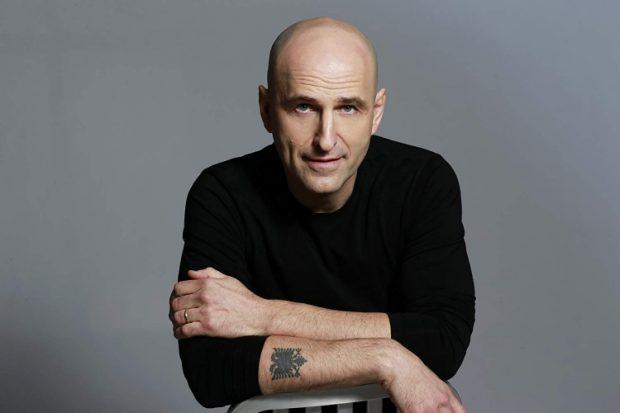 NJË ARSYE MË SHUMË PËR TU KRENUAR/Aktori shqiptar do të shfaqet në një ndër serialet më të famshme të Netflix (VIDEO)