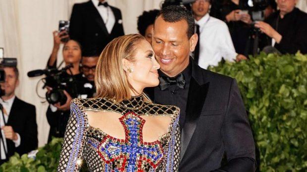 Fejohet Jennifer Lopez?? Unaza në gishtin e saj ngre dyshime (FOTO)