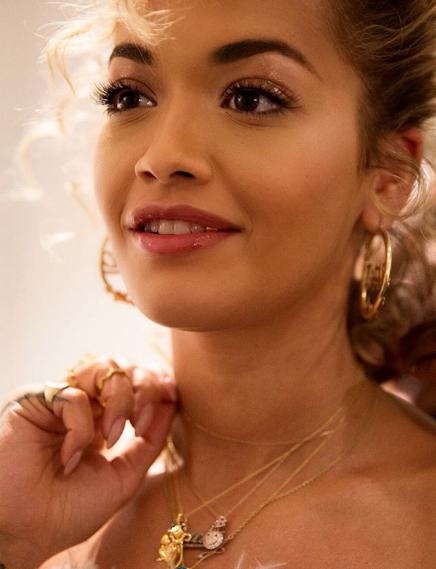 Vathët e personalizuar të Rita Orës, trend i ri? (FOTO)