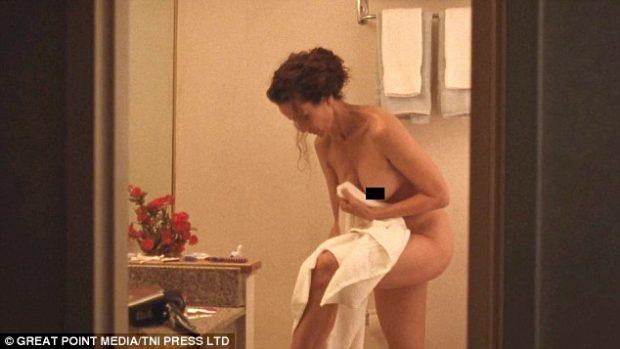Aktorja 60 vjeçe thyen rregullat, zhvishet nudo për skenën seksuale