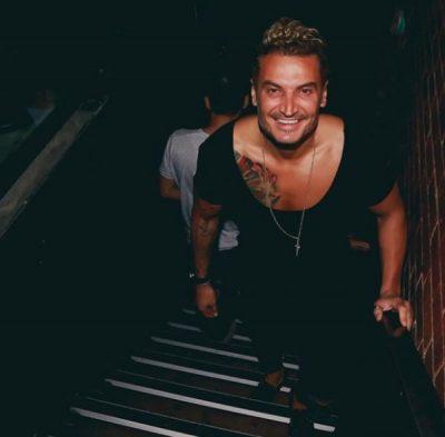 Alessio Aliaj bën që të luhet muzikë shqiptare në club-in më të njohur në plazhin grek… (FOTO+VIDEO)