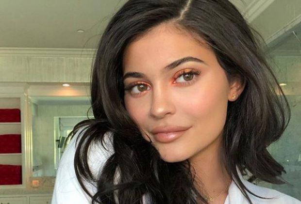 Kylie Jenner zbulon SEKRETET e një makeup-i perfekt! (FOTO+VIDEO)