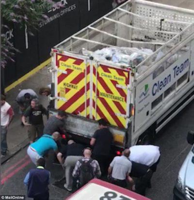 MOMENT HEROIK/ 15 burra ngrenë kamionin për të shpëtuar të moshuarin (VIDEO)