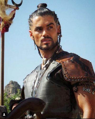 MUSKUJ DHE THINJA/ Stili i aktorit shqiptar kthehet TREND në serialet turke (FOTO)