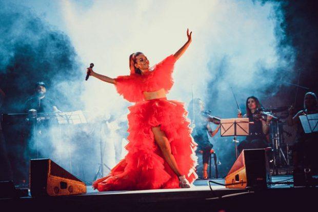 Elvana Gjata një Divë e vërtet, elektrizon Prishtinën me koncertin madhështor (FOTO)