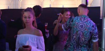 PUBLIKOHET VIDEO/ Pas lajmit për ndarje Majk puth në publik të dashurën (VIDEO)