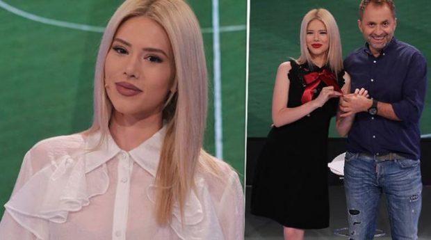 """Fansat kapin ngushtë Fjoralbën e """"Top Arenës"""", ja detaji në FOTO që po çmend rrjetin: Këmba ku…"""