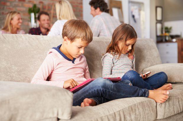 """Mjekët ngrenë alarmin: """"Telefonat po shkatërrojnë fëmijët tuaj!"""""""