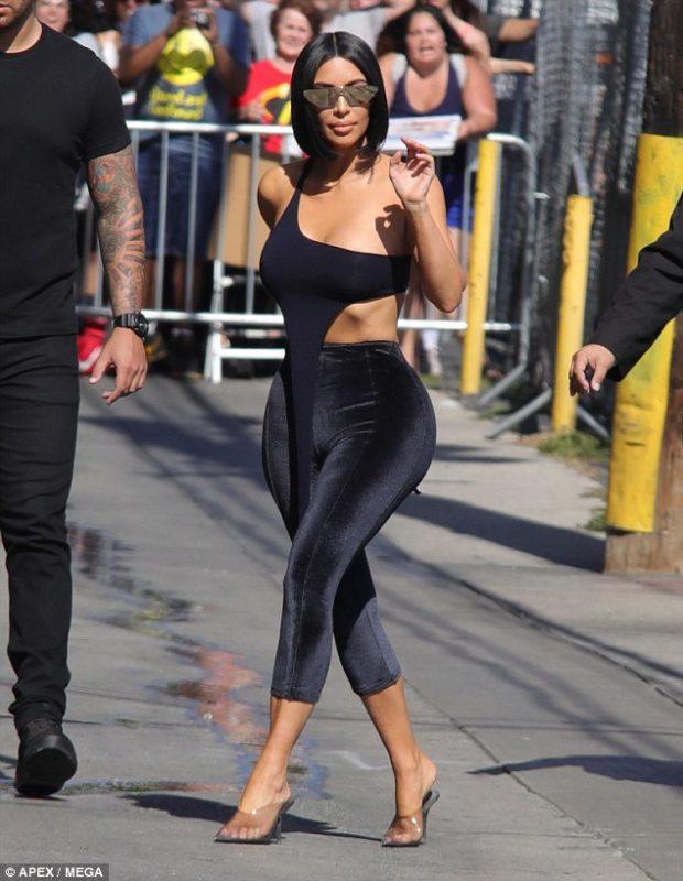 Kim Kardashian ÇMEND kalimtarët me STILIN E RI! Ajo shfaqet shumë seksi me streçet që… (FOTO)