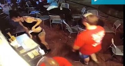 Burri e KAP nga të PASMET, kamarierja e përplas në mur dhe e bën të… (VIDEO)