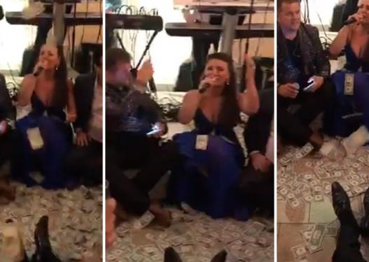 LEKU LETËR! Këngëtarët shqiptarë i mbulojnë me para në mes të dasmës. VIDEO po bën xhiron e rrjetit