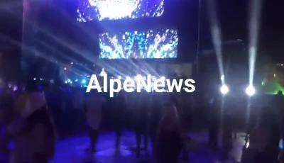 DADDY YANKEE NË TIRANË/ Pak para daljes në skenë të këngëtarit me famë botërore, njerëzit dalin nga… (VIDEO)