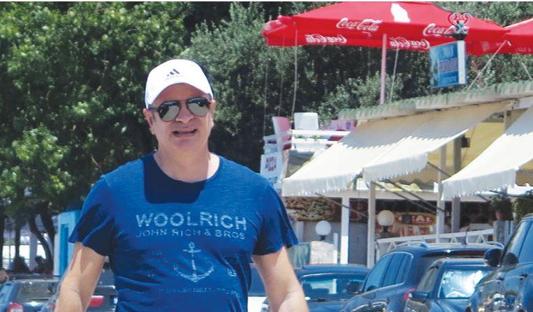 Damian Gjiknuri me PUSHIME! Ministri ÇUDIT me shkrimin në bluzë (FOTO)