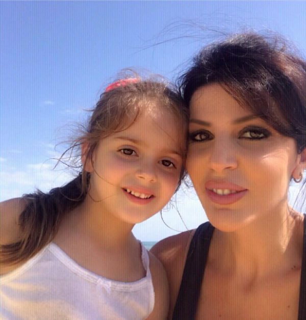 Sonila Meço tregon hapat e parë të së bijës përpara mikrofonit, e vogla një kopje e së ëmës