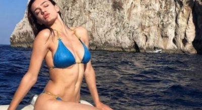 Klaudia Pepa godet sërish/ Ekspozon të pasmet buzë detit (FOTO)