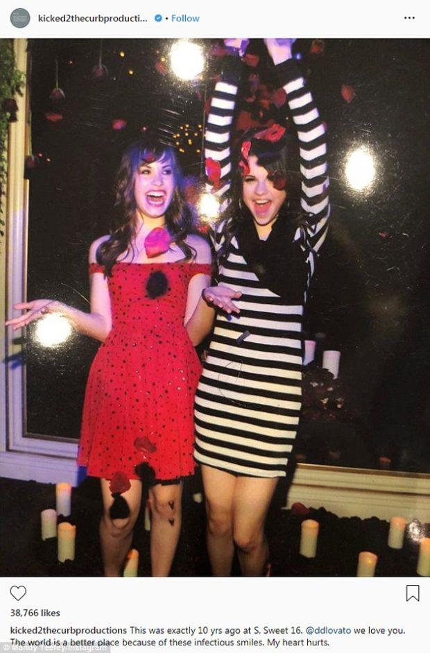 KËMBËZBATHUR DHE E VESHUR ÇUDITSHËM/ Selena Gomez vuan gjendjen e mikeshës së saj Demi Lovato (FOTO)