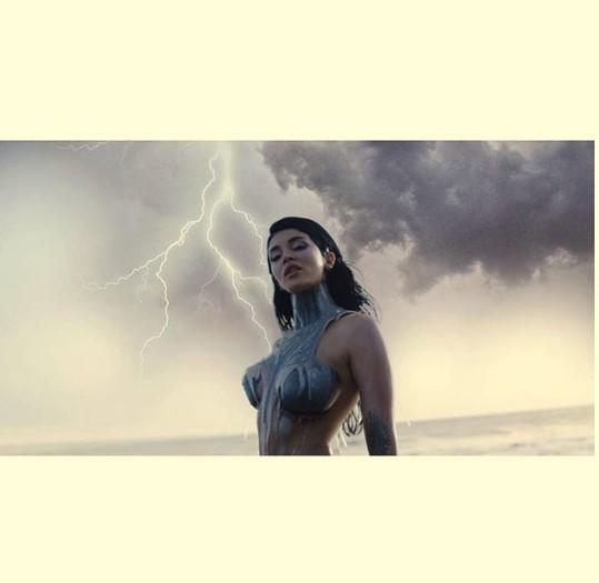 """""""ERË DHE STUHI""""/ Era Istrefi zbulon pamje nga klipi i ri,këngëtarja duket… (VIDEO)"""