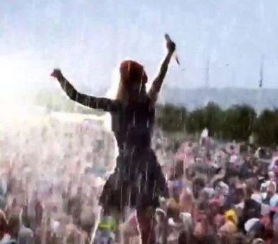 """""""NDEZ"""" SKENË NË SKOCI/ Shiu i rrëmbyeshëm s'e ndal Rita Orën… (FOTO+VIDEO)"""