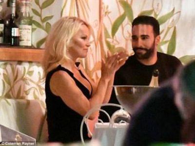 """Pamela Anderson """"godet në shenjë"""", në pritje të dasmës me futbollistin francez (FOTO)"""