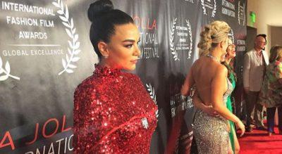 MAHNITI AMERIKANËT/ Aktorja shqiptare tërheq vëmendje në tapetin e kuq (FOTO)
