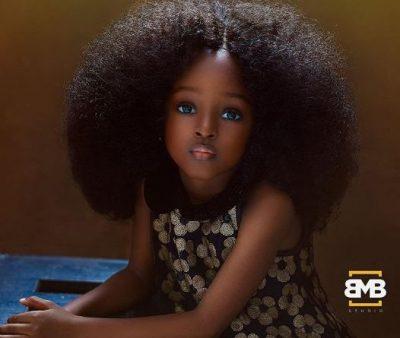 Me sy të mëdhenj dhe flokë kaçurrela, njihuni me vajzën më të bukur në botë (FOTO)
