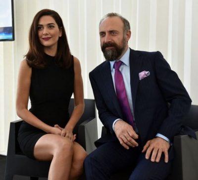 E PABESUESHME/ Shqiptarja takohet me aktorët e njohur turk dhe zbulon se ata…