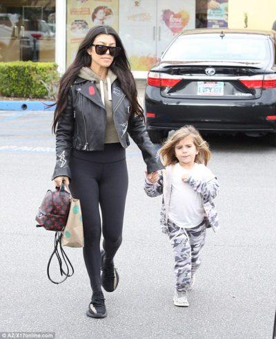 Tipike si nënat shqiptare, shihni çfarë bën me rrobat e saj dhe të së bijës… (FOTO)