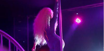 Këngëtarja shqiptare filmohet duke kërcyer tek tubi në një strip club (FOTO+VIDEO)