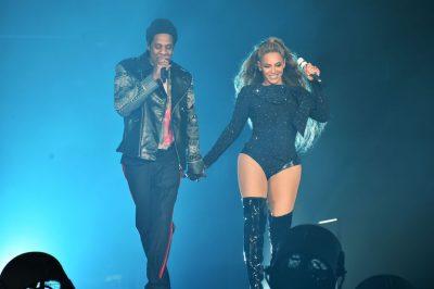E PAZAKONTË/ Fansi i çmendur i Beyonce dhe Jay Z u ngjit në skenën e koncertit, veprimi i balerinëve do tiu habitë…