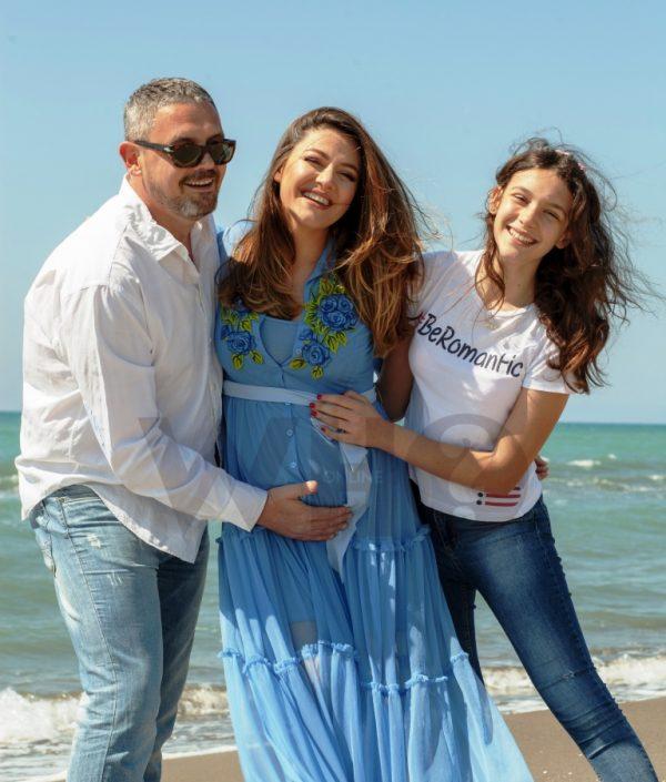 Me vajzën dhe djalin pranë detit/ Ky është PORTRETI i familjes së bukur të Albanit dhe Bietës