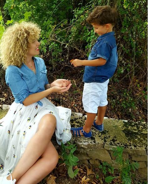 MORI VËMENDJEN E NDJEKËSVE/ U desh një foto e Fatmës me të birin që dashuria të bëhej virale