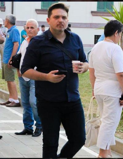 """FANSI E PYET PËR LARGESËN NGA """"VIZION PLUS""""/ Përgjigja e Julian Dedës nuk pritej: Lëvizjet të bëjnë…(FOTO)"""