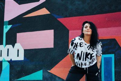 IU GRISËN PANTALLONAT NË SKENË/ Zbuloni si reagoi këngëtarja shqiptare