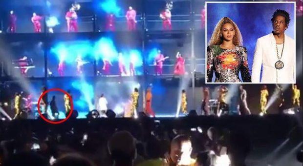 """KONCERTI I """"MALLKUAR"""" I KËNGËTARES/ Beyonce sulmohet nga fansi i saj në skenë"""
