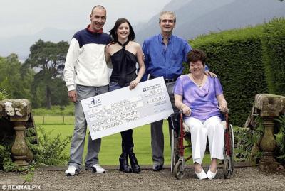Fitoi lotarinë 1.8 milionë paund, e la të gjithën për drogë, makina dhe c*ca