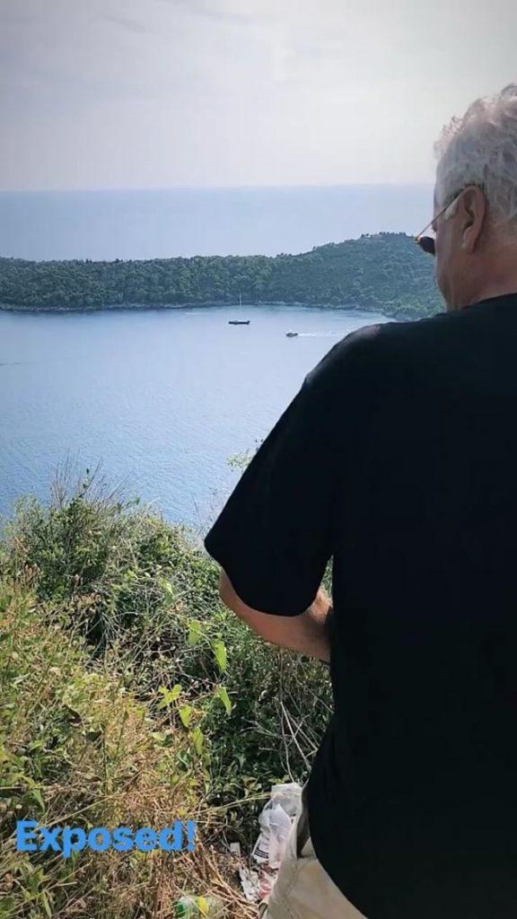 Babai i këngëtares së famshme shqiptare kapet mat duke urinuar në rrugë (VIDEO)