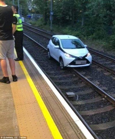 NDODH NË ANGLI/ E moshuara ngatërron rrugën me shinat e trenit (FOTO)