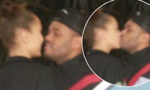 NUK REZISTUAN DHE U RIKTHYEN NË KRAHËT E NJËRI-TJETRIT/ Bella Hadid dhe The Weeknd puthje pasionante në publik… (FOTO)