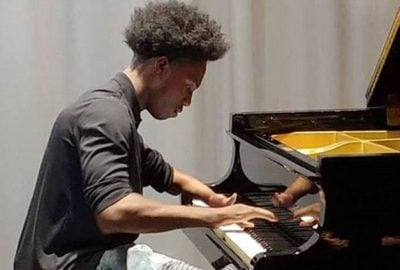 E pabesueshme/ Ka vetëm katër gishta dhe luan në piano (VIDEO)