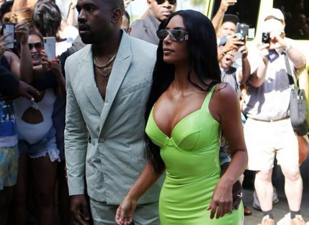 NUK I REZISTOI DOT/ Kanye i prek të pasmet Kim-it edhe në publik (FOTO+18)