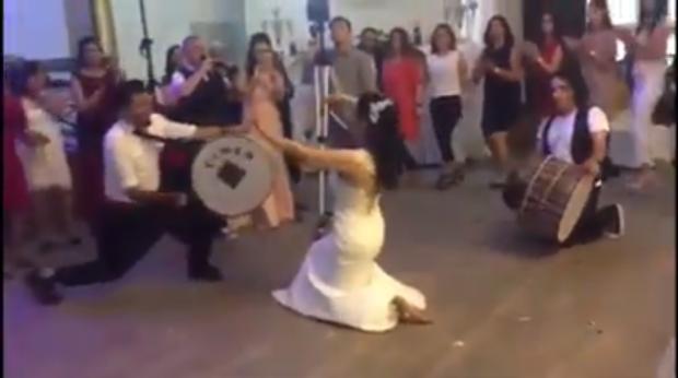"""DASMA E """"ÇMENDUR"""" SHQIPTARE/ VIDEO: Shihni si KËRCEN NUSJA. Hipën sipër daulles dhe…"""