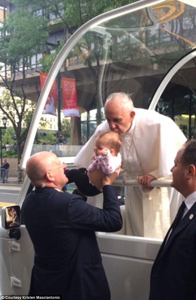 Papa e puthi në kokë vajzën me tumor/ Pas 2 muajsh familja merr lajmin e pabesueshëm (FOTO)