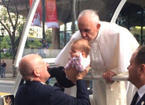 """FOTOJA QË """"LËKUNDI"""" INTERNETIN/ Historia e vajzës që u puth nga Papa dhe u shërua nga tumori"""