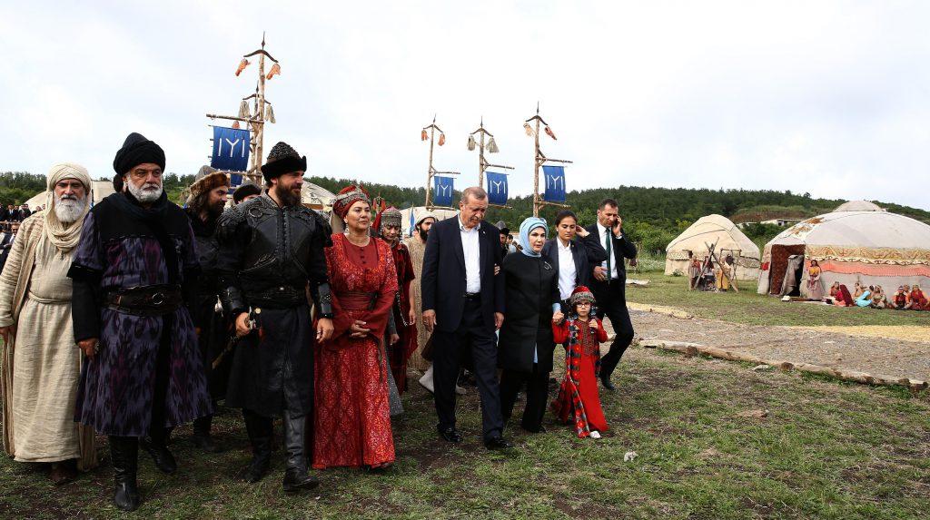 """TELENOVELAT TURKE/ """"Mbërthejnë"""" shqiptarët mbas ekranit…"""