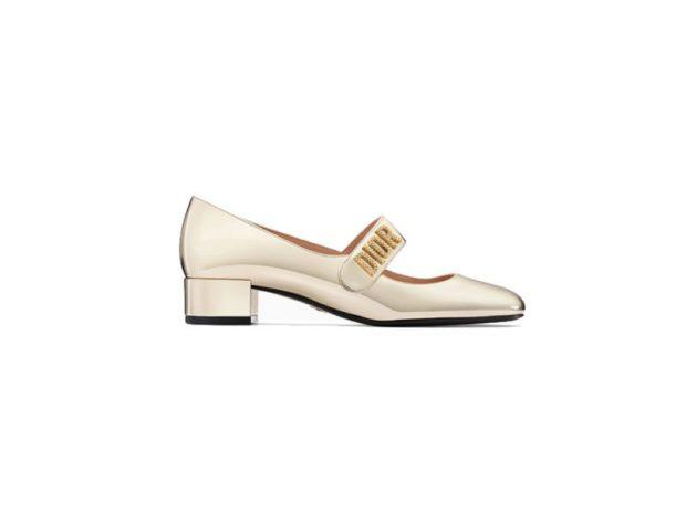 Gold touch/  Njihuni me trendin e këpucëve dhe sandaleve e florinjta (FOTO)