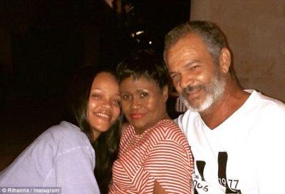 Rihanna tregon bukurinë natyrale, pozon pa make-up me prindërit